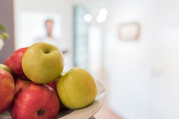 Obstschale mit Apfel - Praxis Hallmich-Kober in Hilden